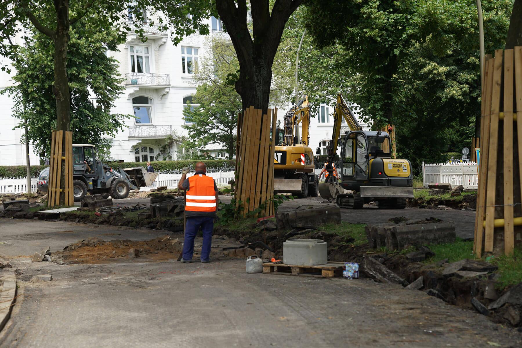 Straßenbauarbeiten für eine neue Betondecke im Wohngebiet von Hamburg
