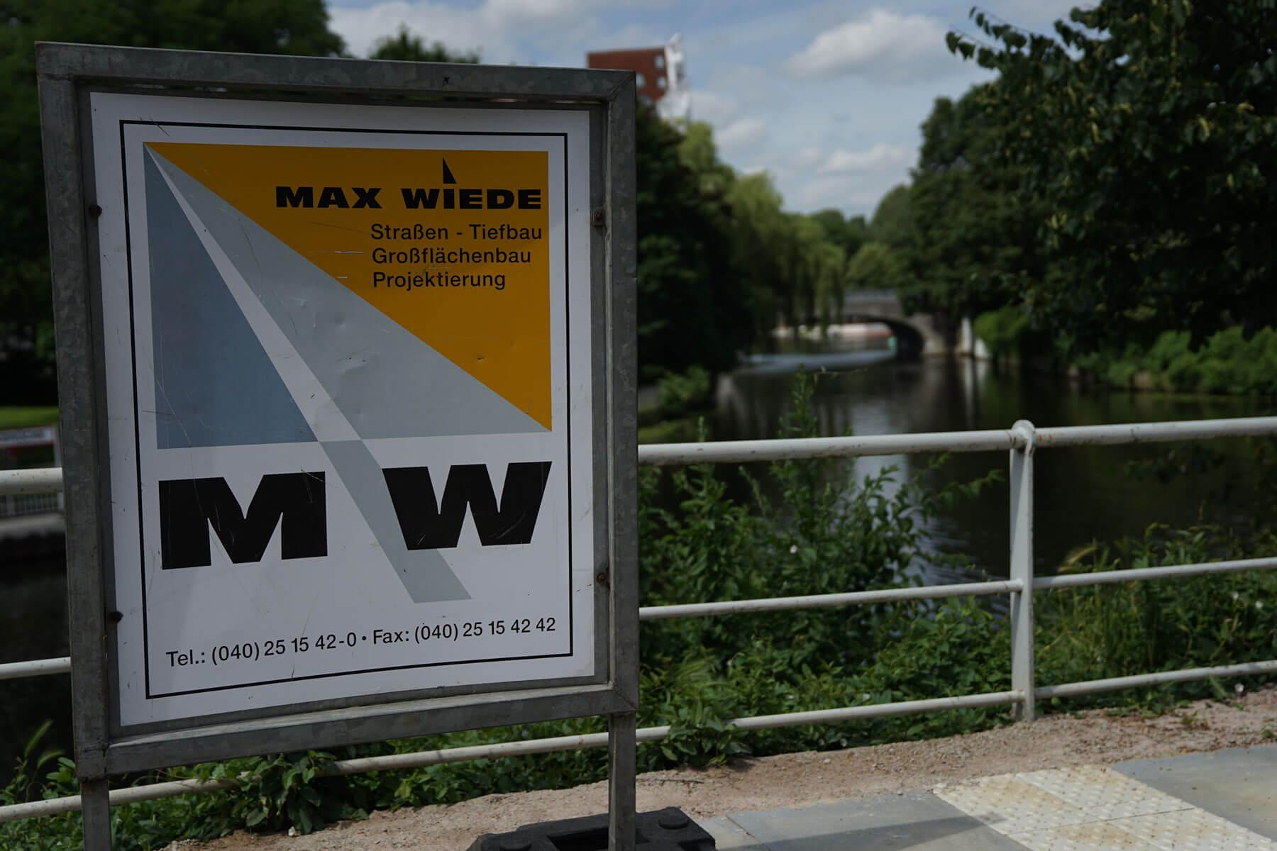 Werbeplakat für Max Wiede auf einer Brücke