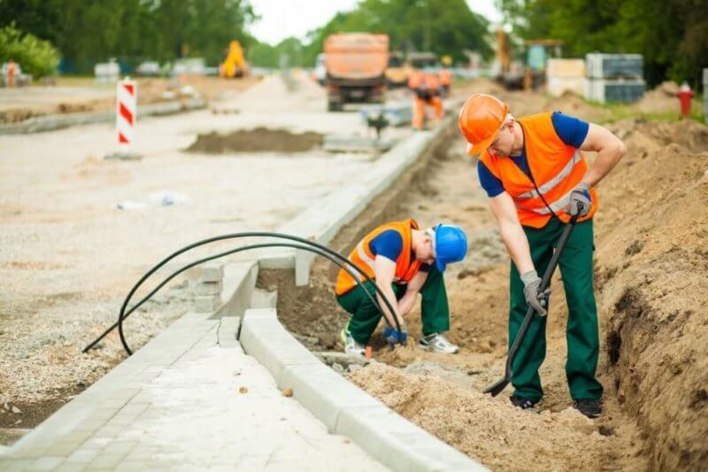 Bauarbeiter beim Bau einer Straße in Hamburg