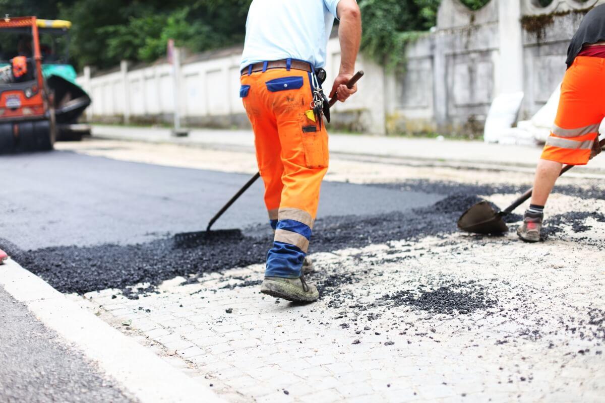 Straßenbauarbeiter beim Bau einer Straße