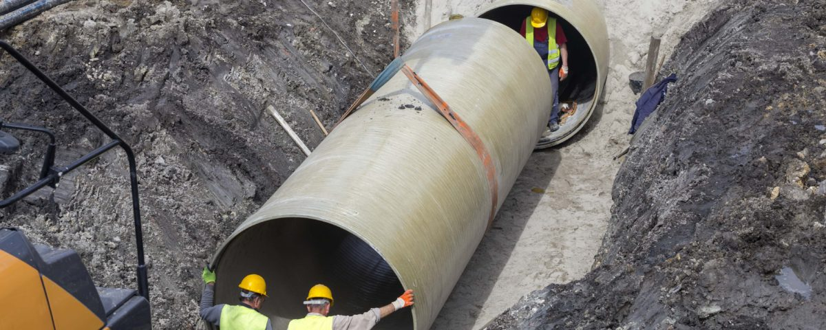 Bauarbeiter bei Kanalbauarbeiten in Hamburg