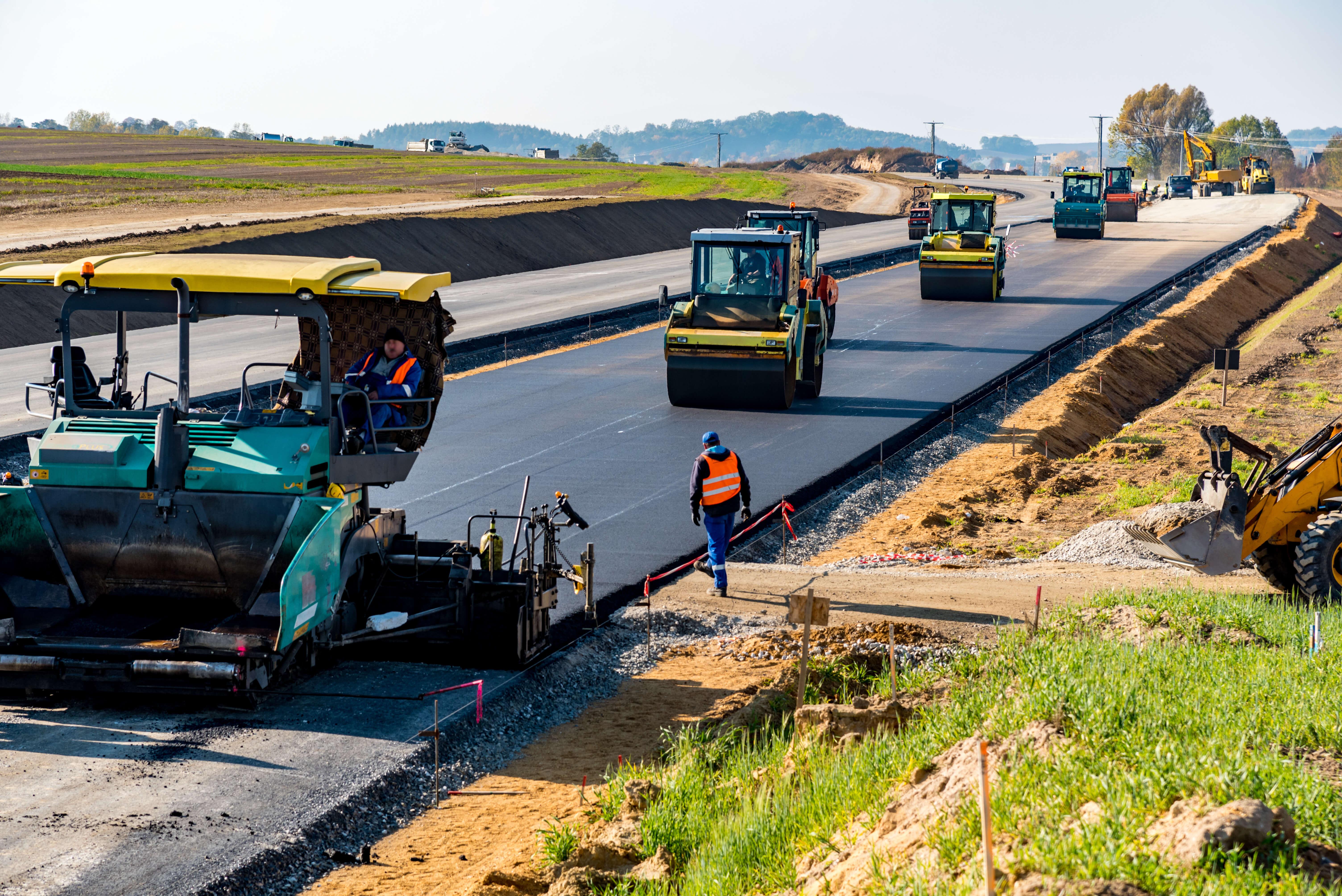 Asphaltiermaschinen beim asphaltieren einer Autobahn