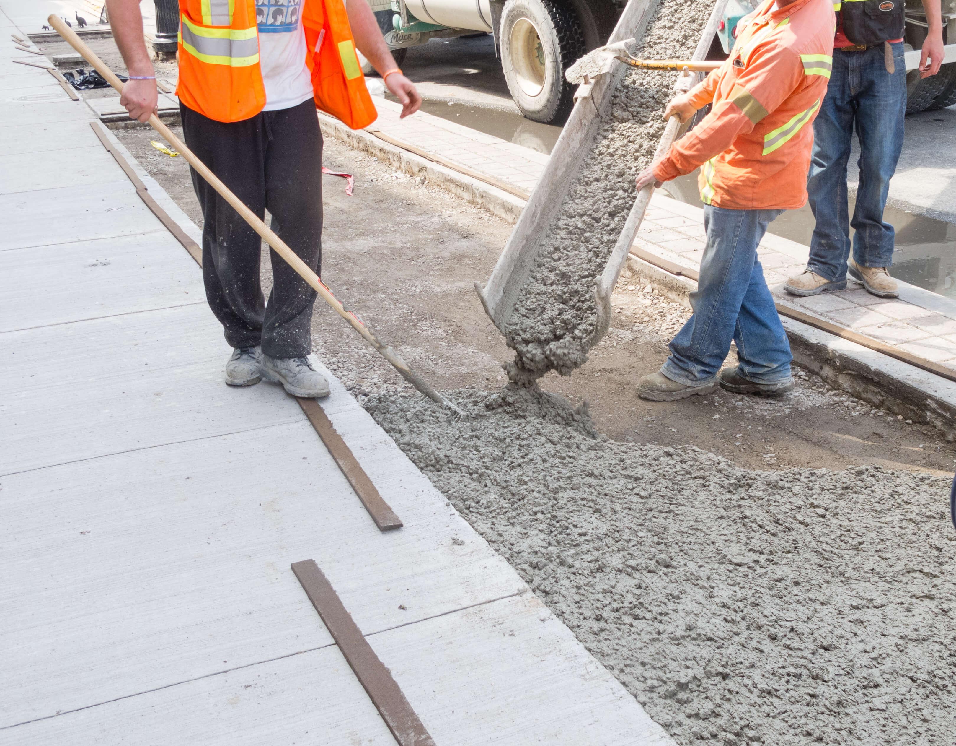 Bauarbeiter beim betonieren von Gehwegen in Hamburg
